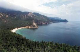 С бокового гребня мыса Большая Колокольня открывается красивая панорама на близлежащие бухты Бабушка, Дедушка и Сенная.