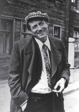 Появление молодого поэта на литературной сцене совпало с хрущёвской оттепелью и частичной либерализацией советского общества