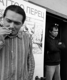 Братья Монохоновы - Евгений и Александр на крыльце салона «Tattoo-Перец». 2005 г.