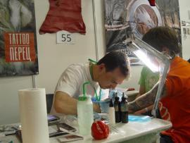 Мастер салона «Tattoo-Перец» - Павел Красняк работает на фестивале татуировки в Новосибирске.