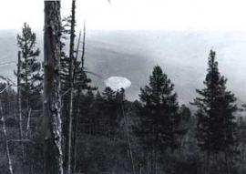 Когда геолог В.Колпаков в августе 1949 года впервые обнаружил среди глухой тайги серую конусообразную конструкцию, он долго не мог прийти в себя. Что это? Творение рук человеческих или кратер вулкана? Если кратер вулкана, то откуда бы ему здесь взяться?