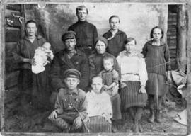Петр Титович Ивкин, с женой Федосьей Антиповной (в центре) и своими детьми (Азей, 1930 г.)