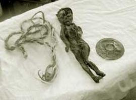 Мумия маленькой девочки, хранившаяся в гроте возле дороги на участке Малое Голоустное — Большое Голоустное.