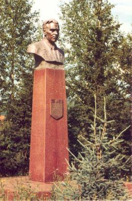 Бронзовый бюст академика М.К.Янгеля (скульптор Г. Кальченко), г. Железногорск-Илимский