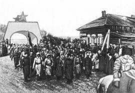 Вступление частей 5-й армии в Иркутск в марте 1920. Солдаты проходят триумфальные ворота, сооружённые из льда специально для чествования бойцов РККА