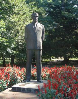 Памятник М. К. Янгелю на территории КБ «Южное» и «Южмаша» в Днепропетровске.Бронза, высота 3,15 метра, вес 350 кг.