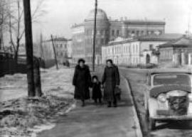 Здесь собрали крупные научные силы по золотому промыслу. На снимке: здания Иргиредмета на бульваре Гагарина. В 1952 году была построена одна из башен для лабораторного корпуса