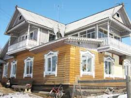 Фермер из села Аляты построил дом по вепским традициям. Здания похожей архитектуры можно увидеть на западе России.