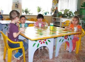 В просторном, теплом детском саду Иванического мест хватает всем; детей даже привозят родители, переехавшие в Иркутск