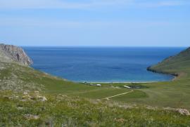 Бухта Ая находится в 2,5 километрах от устья реки Анга, на тажеранском плато западного побережья Байкала.