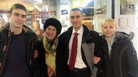 Анатолий Иванишин вместе с мамой Ниной Николаевной, супругой Светланой и сыном Владиславом после церемонии награждения в Москве