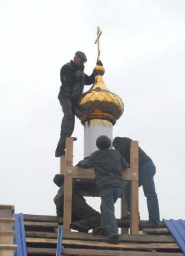 Освящение креста и поднятие купола на храм в селе Александровск