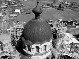 Реставрируемый храм - самое высокое здание в Голумети.
