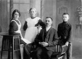 Семья Курсановых: слева направо Еликонида, Мария, Гавриил Григорьевич и Иннокентий.