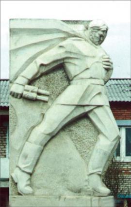 Памятник воинам—землякам, погибшим в годы войны 1941—1945. Установлен в 1990 в г. Алзамай в честь 45-летия Победы