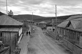 Пока это одна из улиц старого поселка. Вскоре на этом месте будет рукотворное море