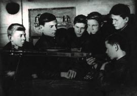 Учащиеся за изучением пулемета