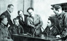 Преподаватели иркутского вуза за разборкой пулемета