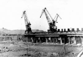 Укладка бетона здания ГЭС. Котлован ещё не затоплен (1956).