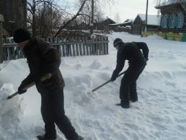 Жители села Барлук убирают снег