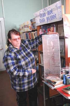 Библиотекарь Валентина Кулешова хранит металлическую дощечку с памятника погибшим в Великой Отечественной Буринского МО