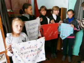 Ребятишки из Бажирской школы провели акцию «Солдатский платок». На ткани они увековечили имена погибших воинов.