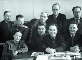 Иркутские писатели: сидят слева направо А. Кузнецова, третий К. Седых, Г. Марков