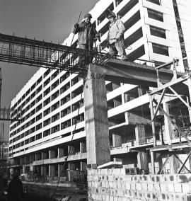 Идет строительство гостиницы «Ангара»