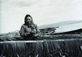 Рыбачка сетевого колонного лова, стахановка Т. Тохонтоева за ремонтом сетей. 1952 г. ИОКМ ф433-36