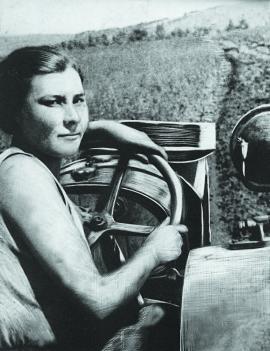 Лучшая трактористка. 1941 г. (Фото из госархива. Фамилия не установлена)