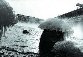 Зимний «гриб» у плотины Братской ГЭС
