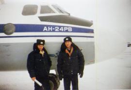 Зима, 1993 год, аэропорт Киренск, самолет АН-24. Слева — командир корабля Сергей Ястребов, справа — бортмеханик Виталий Шастин.