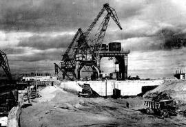 Отсыпка суглинистого ядра плотины. На заднем плане видна металлическая диафрагма (1956).