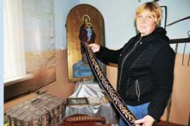 Нина Уварова, чей предок был священником, пополнила краеведческую коллекцию Дома культуры Булайского МО семейной реликвией —священническим поясом.