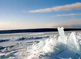Зимний Байкал. Трещины и полыньи во льду.