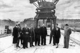 Руководители стройки и города на строительстве ГЭС