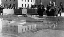 8 мая 1975 г. Первый секретарь ОК КПСС Н.В. Банников зажигает  Вечный огонь от факела, привезенного с могилы Неизвестного солдата