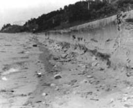 Рис. 3.30.2 – Корразия (истачивание) бетонных стенок во время штормовых волнений (устье р. Осиновка–Переемнинская).