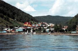 Поселок Листвянка, в прошлом главная байкальская пристань, к концу ХХ века превратился в современный туристический центр Южного Байкала