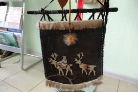 Традиционное искусство северян: изделия из оленьих кожи и меха, искусно сшитые жилами благородного животного, спасают в лютые морозы
