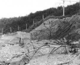 Рис. 3.30. 1 – Размыв берега Байкала в конце бетонной стенки в районе устья р. Переемной.
