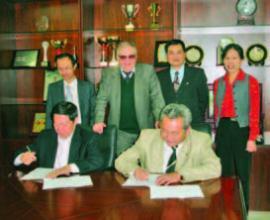 Рис. 5.21. Подписание договора о научном сотрудничестве с Институтом географии и природных ресурсов Академии наук Китая.