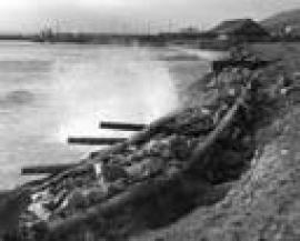 Рис. 3.29. 2 – Разрушение берегоукрепительных сооружений в п. Нижнеангарске (сентябрь 1971 г.).