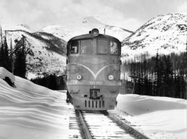 Первый поезд БАМ приближается к Северобайкальску со стороны Кунермы. Фото из архива Евгения Жанчипова (Улан-Удэ).