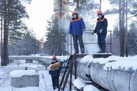 Слесари по обслуживанию Дмитрий Михайлов, Александр Рожок и Алексей Зайцев следят за тем, чтобы даже в сильные морозы у ангарчан была теплая вода
