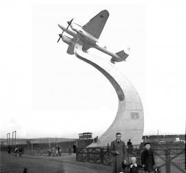 Самолет Пе-2, монумент на стадионе Иркутского авиационного завода