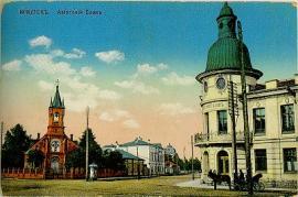 Здание Русско-Азиатского банка построено в 1912 по проекту архитектора В.И. Коляновского. Слева – здание лютеранской кирхи, ныне утраченное