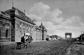 Улица Амурская, конец XIX века. Слева — здание Общественного собрания (позднее театр музыкальной комедии), вдали видны Амурские ворота