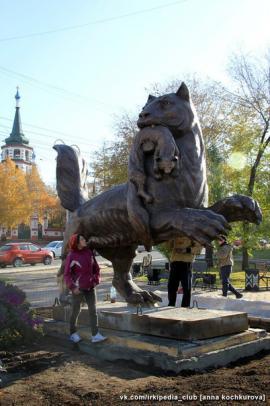 Памятник установлен в 130-м квартале, напротив Крестовоздвиженской церкви