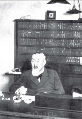 П.А. Бадмаев в своем кабинете на Литейном проспекте, 16